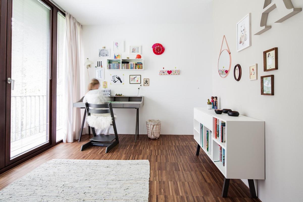 Arbeitsplatz eines Mädchenzimmers in skandinavischen Stil in zarten Rosatönen © Heike Schwarzfischer Interiordesign Landshut bei München