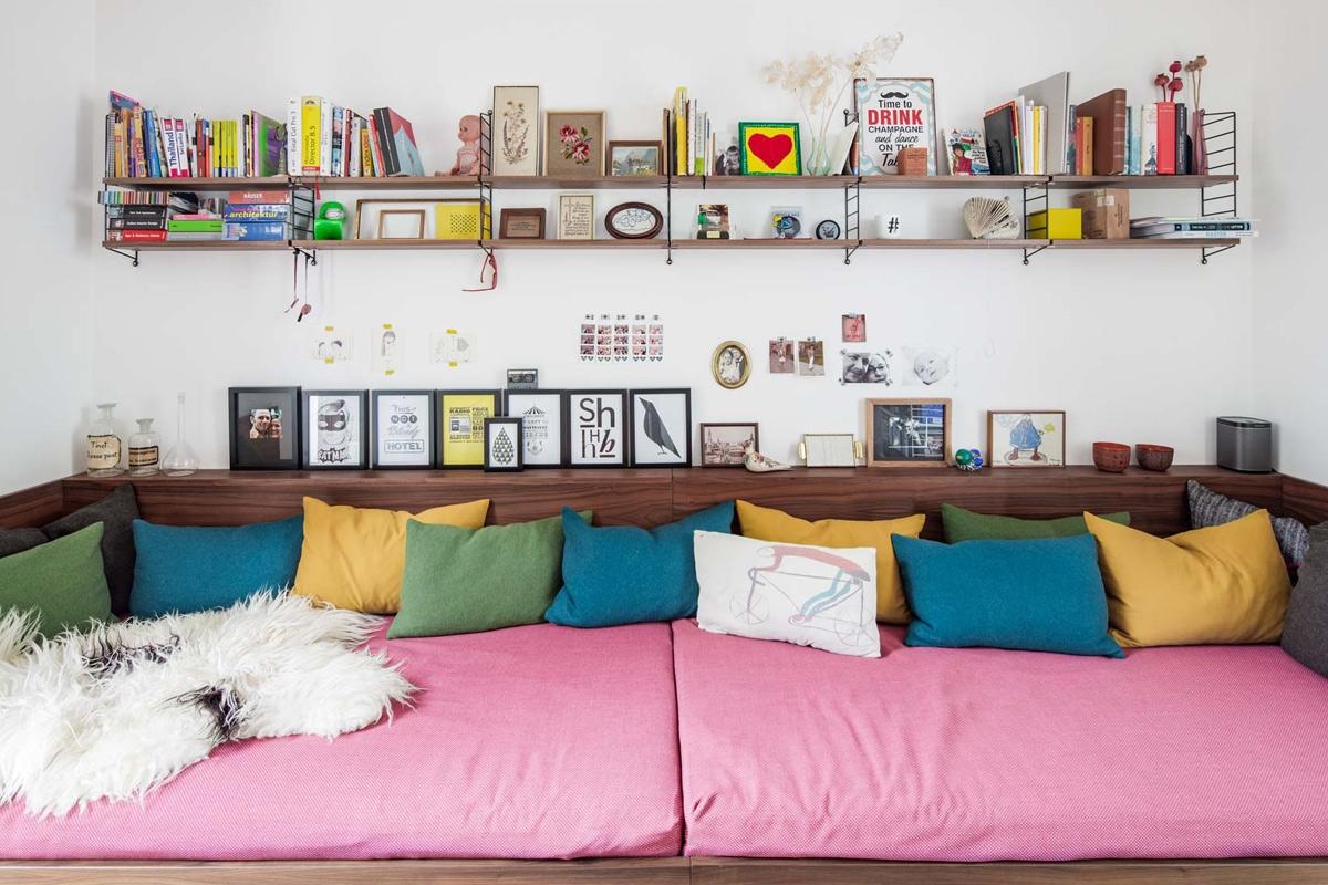 Das Gästezimmer dient der Familie als Rückzugsort und bietet ausreichend Platz für Bücher und Spielsachen © Heike Schwarzfischer Interiordesign in Landshut bei München
