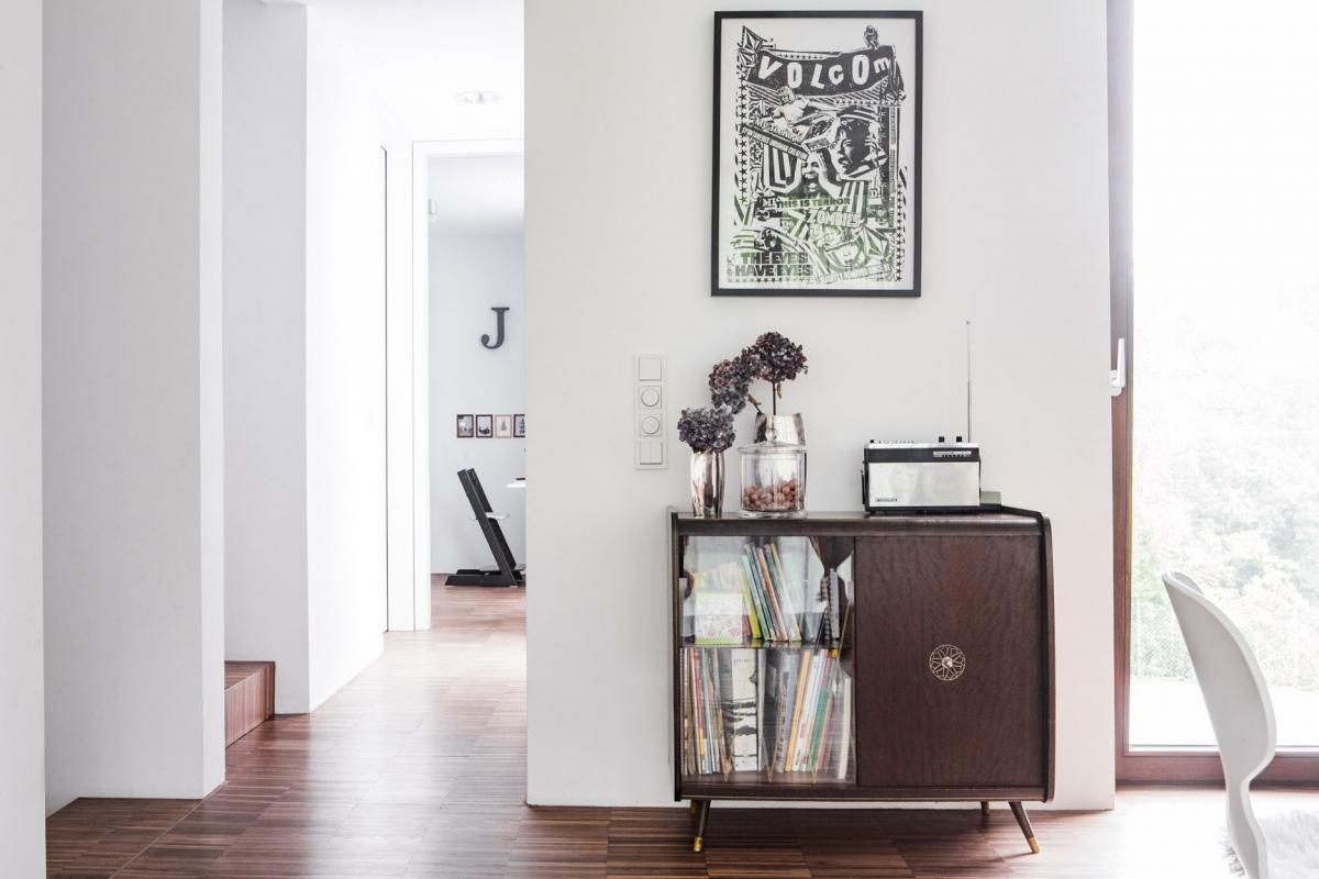 Die individuellen Wohnaccessoires und Großmutters vererbte Kommode bringen einen Hauch Nostalgie in den modernen Wohnstil © Heike Schwarzfischer Interiordesign in Landshut bei München