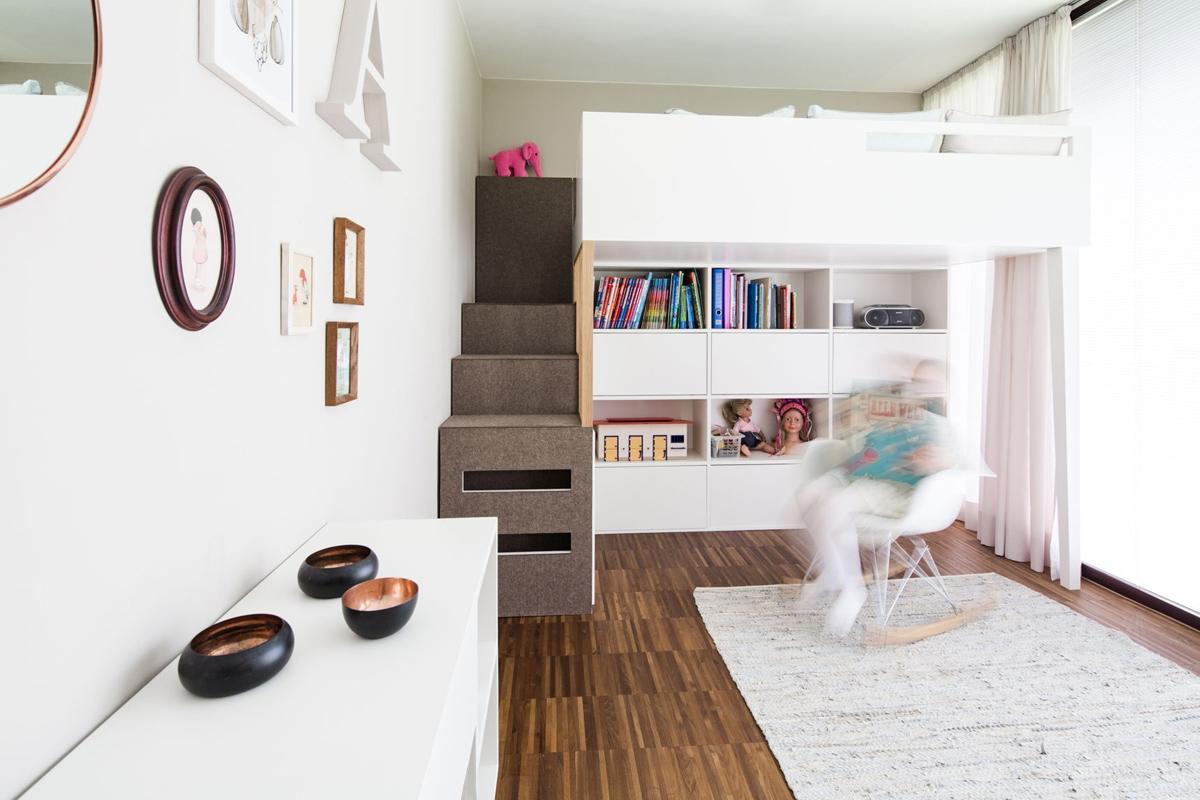 Funktionales Hochbett mit Stufen eines Mädchenzimmers in skandinavischen Stil mit Eichenholz und Filz © Heike Schwarzfischer Interiordesign Landshut bei München