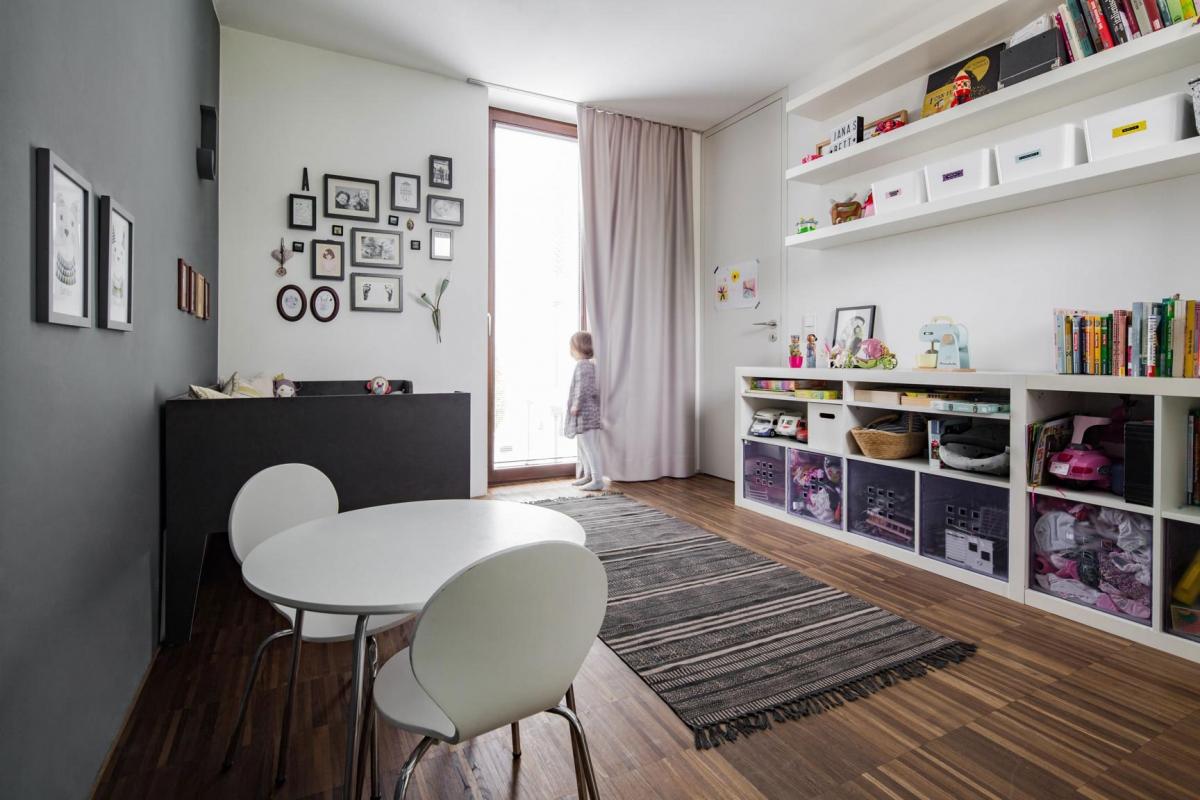 Gestaltung eines Kinderzimmers im skandinavischen Stil in Weiß mit zartem Rosa und dunkelgrauer Wandfarbe © Heike Schwarzfischer Interiordesign in Landshut bei München