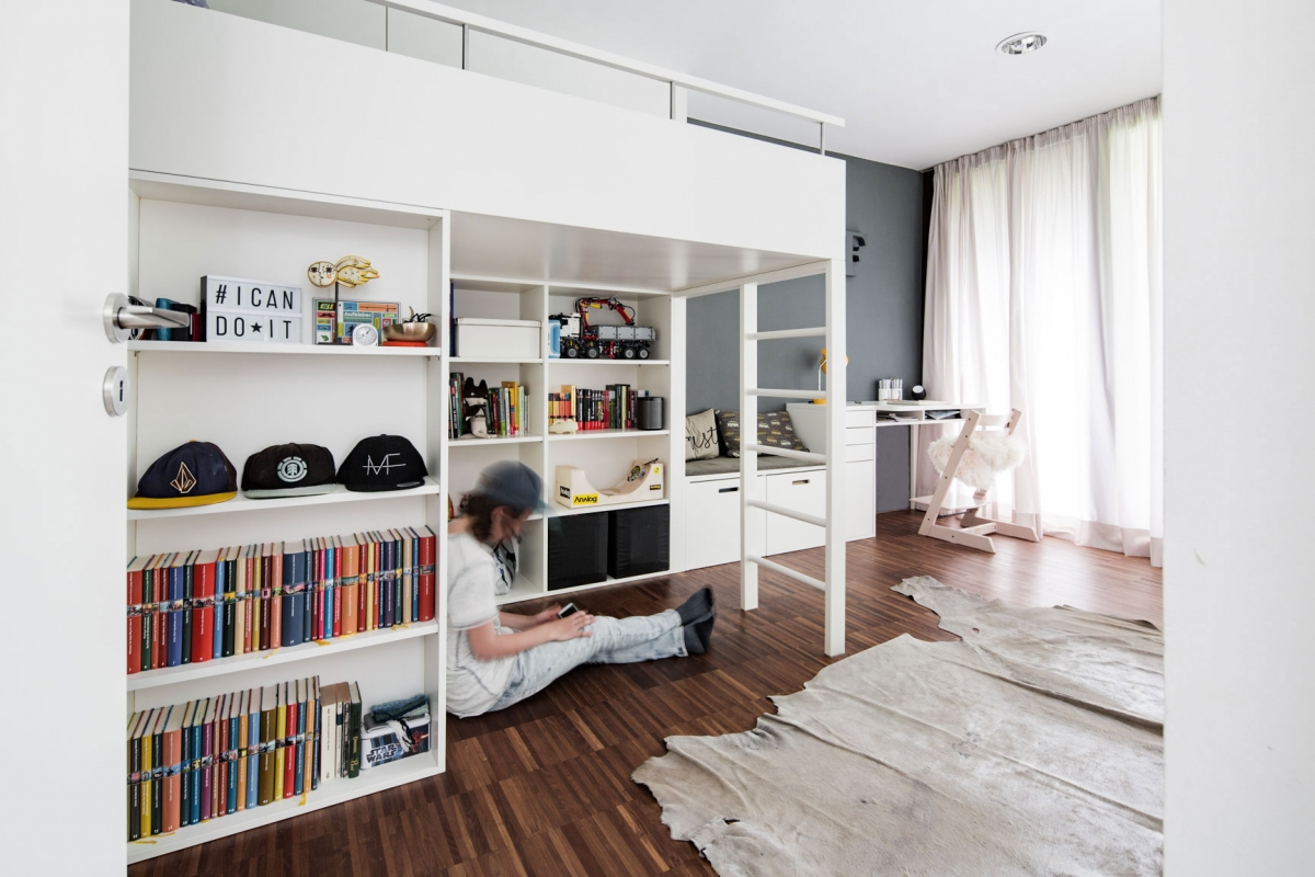 Hochbett aus Holz in einem grauen Jugendzimmer mit funktionalen und maßgefertigten Einbaumöbeln © Heike Schwarzfischer Interiordesign in Landshut bei München