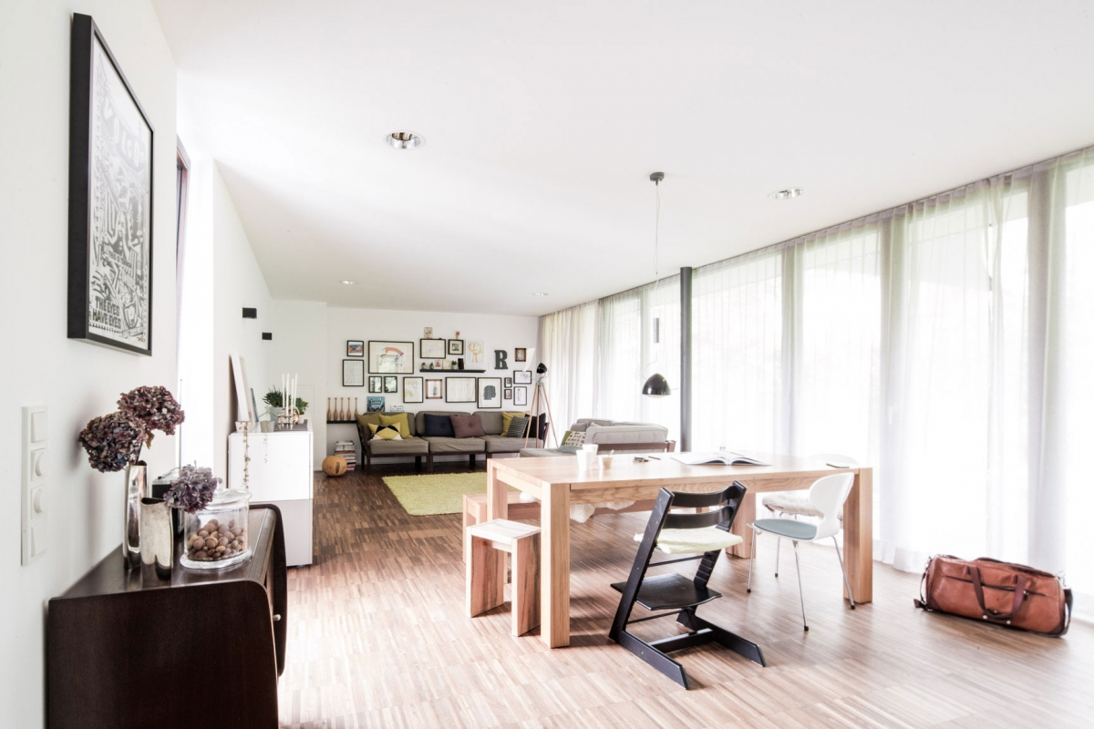 Im Zentrum des Wohnraumes steht der große Massivholztisch aus Eiche in modernem Design © Heike Schwarzfischer Interiordesign in Landshut bei München