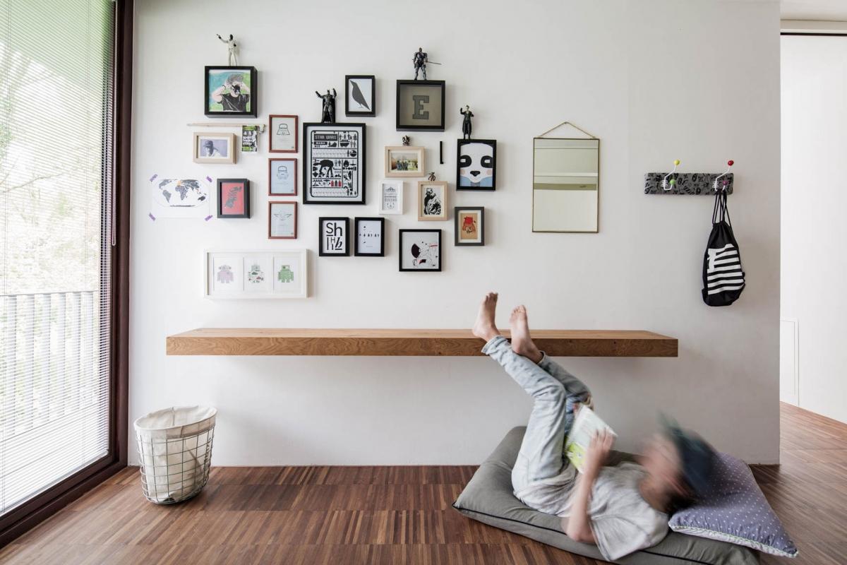Individuelle Wandgestaltung eines Jugendzimmer in dunklem Grau mit funktionalen und maßgefertigten Einbauten © Heike Schwarzfischer Interiordesign in Landshut bei München