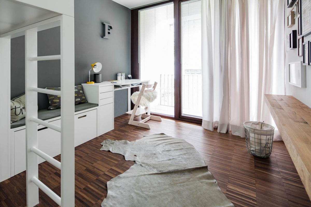 Individuelles Jugendzimmer in dunklem Grau mit funktionalen und maßgefertigten Einbauten © Heike Schwarzfischer Interiordesign in Landshut bei München