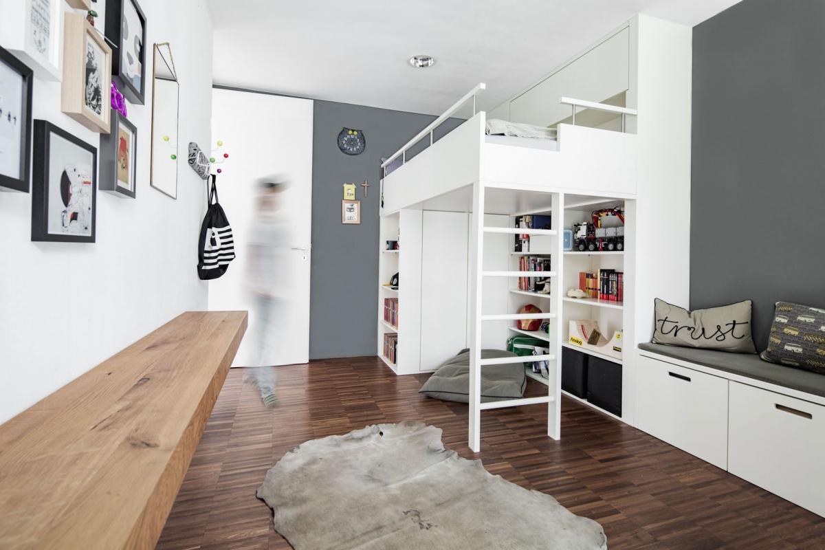 Maßgefertigtes Hochbett aus Holz eines Jugendzimmers mit funktionalen und maßgefertigten Einbauten und grauer Wandfarbe © Heike Schwarzfischer Interiordesign in Landshut bei München
