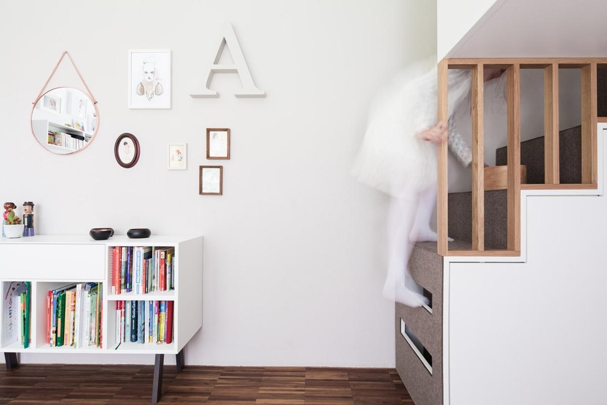 Maßgefertigtes Hochbett mit Stufen eines Mädchenzimmers in skandinavischen Stil mit Eichenholz und Filz © Heike Schwarzfischer Interiordesign Landshut bei München