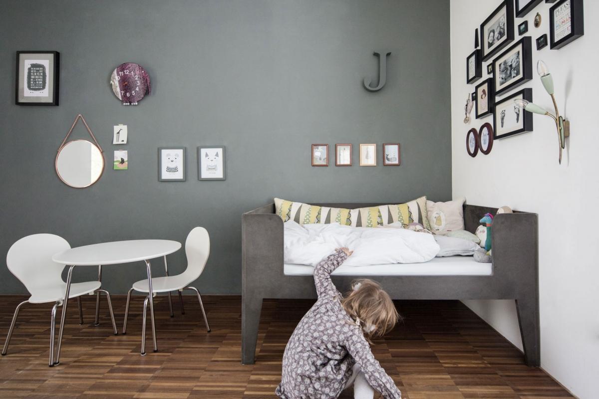 Maßgefertigtes Kinderbett aus schwarzen MDF im skandinavisch puristischen Stil und dunkelgrauer Wandfarbe © Heike Schwarzfischer Interiordesign in Landshut bei München