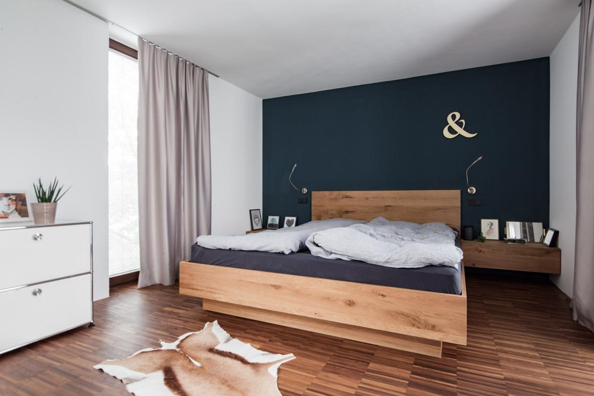 Maßgefertigtes Schlafzimmer aus natürlichem Eichenholz und dunkelblauer Wandgestaltung in modernem Design © Heike Schwarzfischer Interiordesign in Landshut bei München