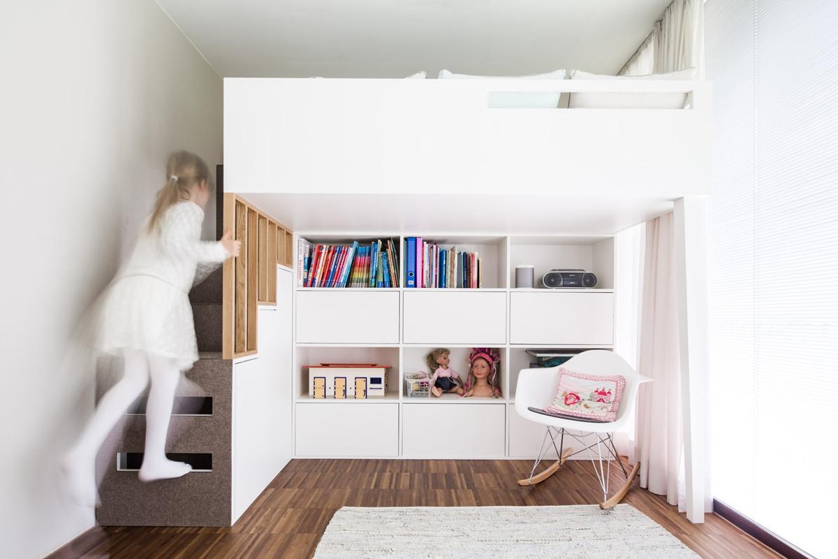 Weißes Hochbett mit Stufen eines Mädchenzimmers in skandinavischen Stil mit Eichenholz und Filz © Heike Schwarzfischer Interiordesign Landshut bei München