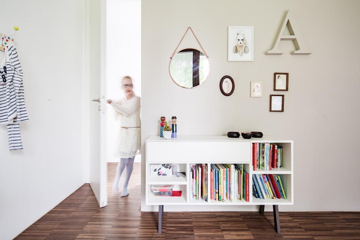 Weißes Sideboard aus Holz eines Mädchenzimmer in skandinavischen Stil mit zarten Rosa © Heike Schwarzfischer Interiordesign Landshut bei München